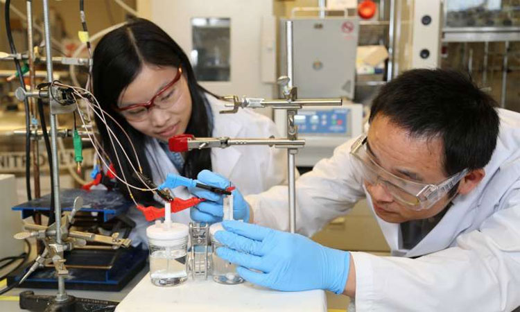 Nhà nghiên cứu Xueli Zheng (trái) và Bo Zhang đang tiến hành thử nghiệm chất xúc tác mới