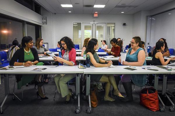 Phụ nữ da trắng có mức thu nhập cao hơn người lao động gốc Phi Châu, gốc Tây Ban Nha...
