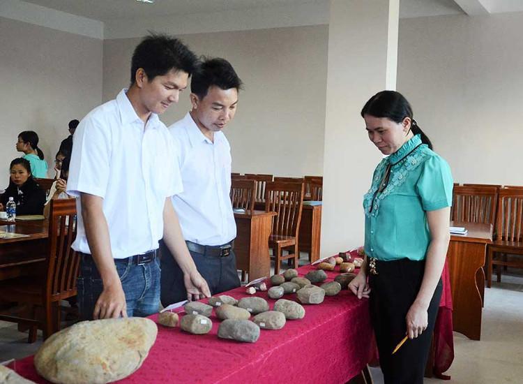 Một số hiện vật phát hiện tại Di tích Làng Gà 7 được trưng bày tại buổi báo cáo
