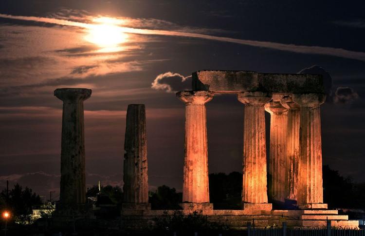 Siêu trăng chụp từ di tích đền thờ thần Apollo, Hy Lạp