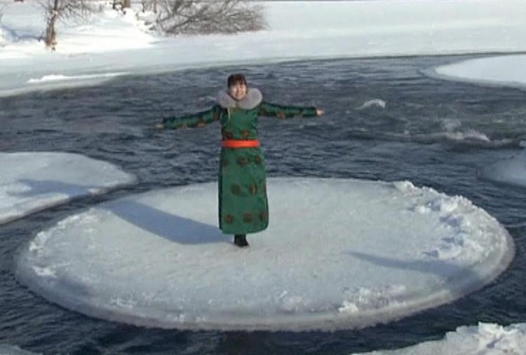 Tảng băng tròn kì lạ xuất hiện trên dòng sông Yimin.