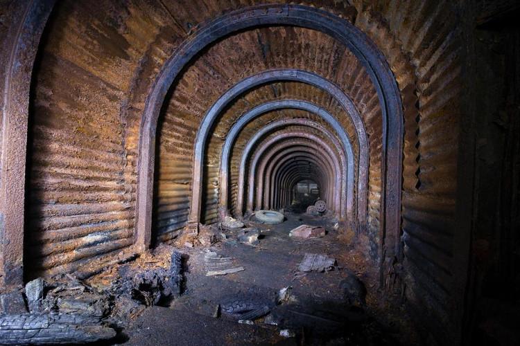 Bên dưới là hầm trú ẩn rộng lớn.