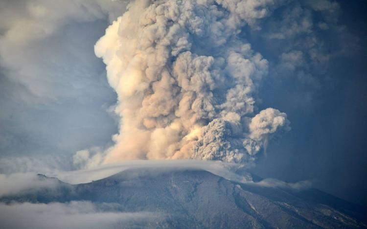 Núi Agung phun trào lần cuối cùng vào 1963, khiến hơn 1.100 người thiệt mạng và một số làng bị san bằng.