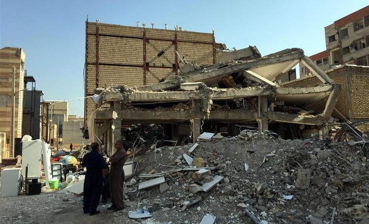 Cảnh đổ nát sau trận động đất.