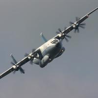 Máy bay động cơ cánh quạt lớn nhất thế giới đáp xuống Anh