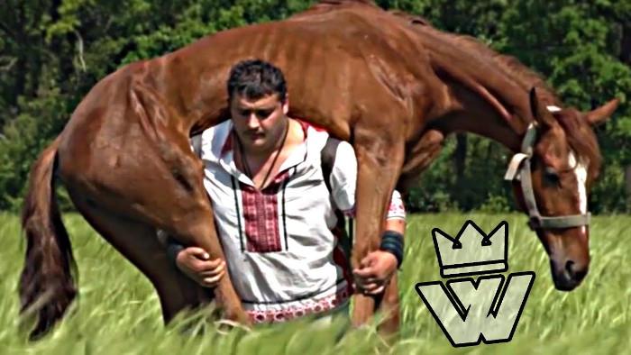 Khaladzhi vác ngựa thoải mái đi lai mà không hề hấn gì.