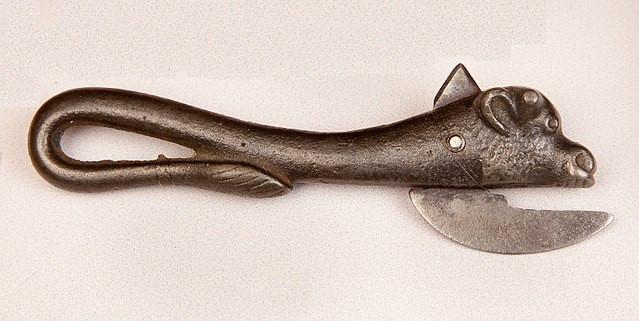 Dao mở lon Bully beef là một công cụ hết sức phổ biến thời đó.
