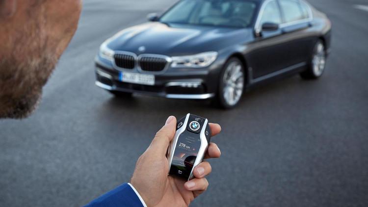 Chỉ cần bấm nút trên chìa khóa để hướng dẫn xe hơi ở điểm đỗ.