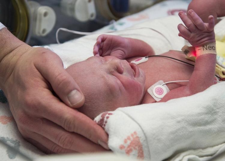 Em bé ra đời từ người mẹ được cấy ghép tử cung.