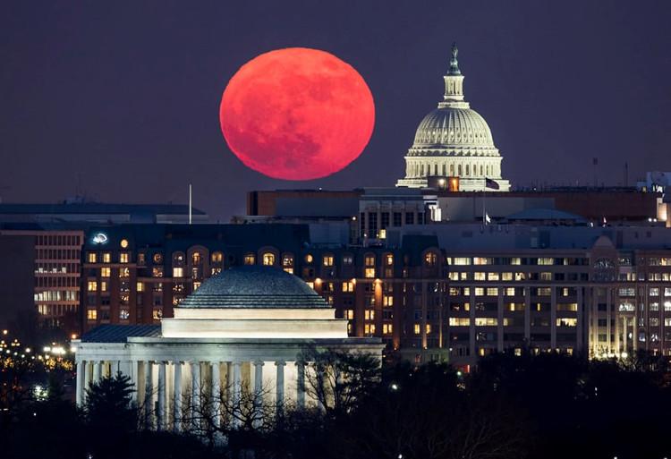 Toà nhà quốc hội Mỹ với nền bầu trời siêu trăng được quan sát từ Arlington, bang Virginia.