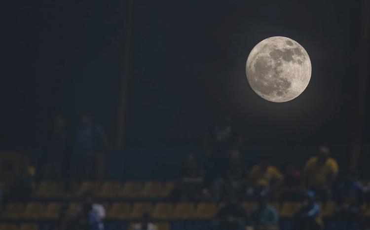 Người dân theo dõi siêu trăng từ sân vận động ở Monterry, Mexico.