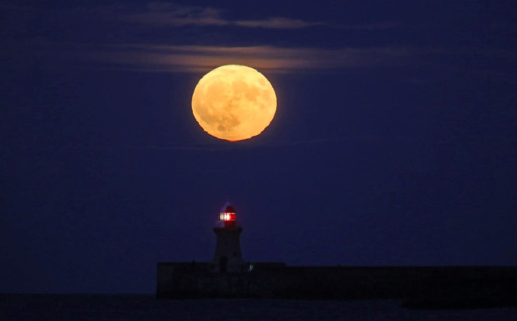 Quan sát siêu trăng mọc từ thị trấn ven biển South Shields, vùng River Tyne ở Anh.