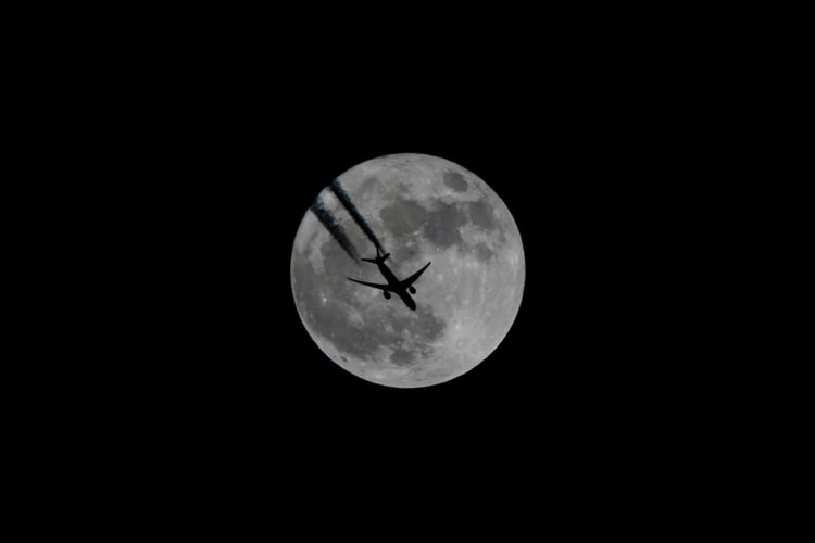 Ảnh chụp máy bay bay qua nền trời siêu trăng ở Van, Thổ Nhĩ Kỳ, vào đêm 3/12.