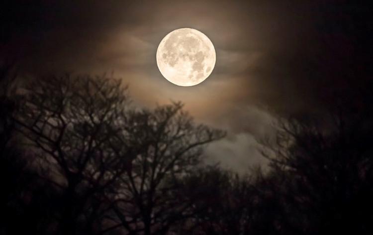 Mặt Trăng mọc ở vùng Huddersfield, Tây Yorkshire ở Anh.