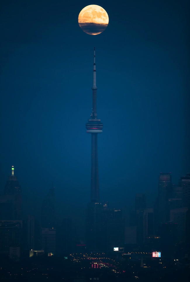 Mặt Trăng lên cao trong đêm ở Toronto, Canada.