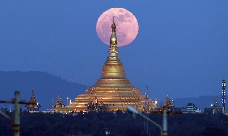 Siêu trăng mọc lên từ sau chùa Uppatasanti ở thủ đô Naypyidaw, Myanmar.