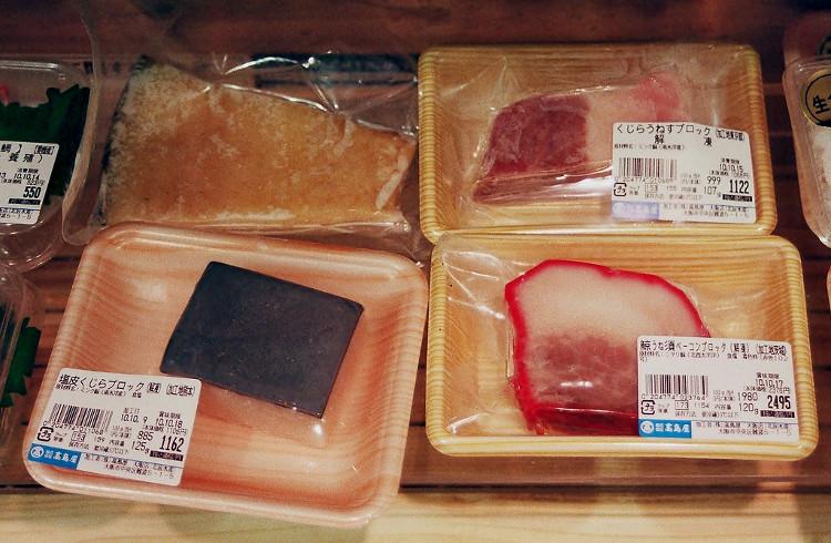 Thịt cá voi được cắt nhỏ và bán tại siêu thị.