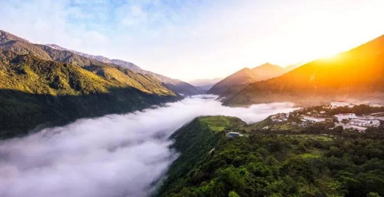 Motuo ẩn mình trong mây núi Tây Tạng huyền bí.