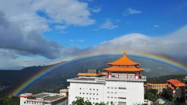 Cầu vồng xuất hiện lâu do ảnh hưởng gió mùa tác động đến phía Bắc Đài Loan.