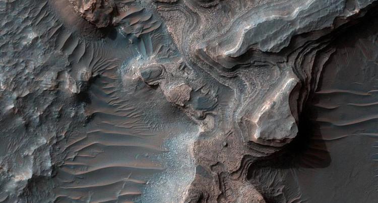 Thung lũng Uzboi Vallis kéo dài trên sao Hỏa.