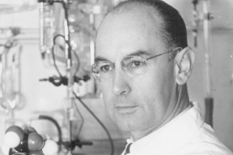 Nhà hóa học vĩ đại Albert Hofmann.