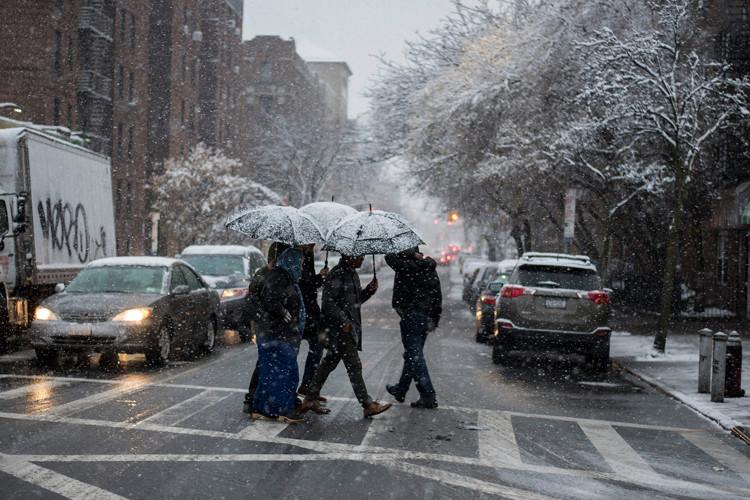 Chính quyền New York đã huy động hàng loạt xe dọn tuyết trong ngày 10/12 nhằm đảm bảo an toàn cho xe cộ lưu thông.