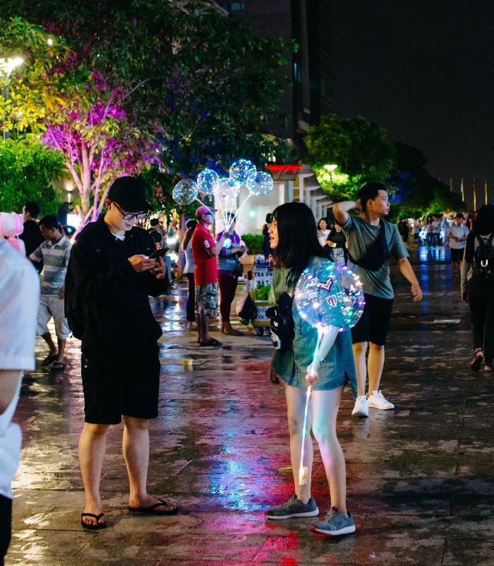 Những cô nàng Sài Gòn sành điệu bên quả bong bóng galaxy lấp lánh mỗi khi dạo bước ở phố đi bộ.