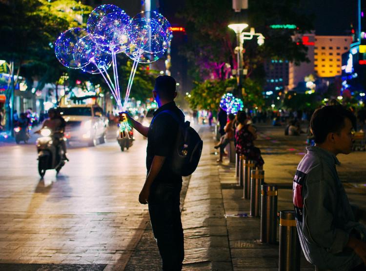 Bong bóng galaxy - một món phụ kiện mới lạ đang dần được giới trẻ Sài Gòn đặc biệt ưa chuộng.