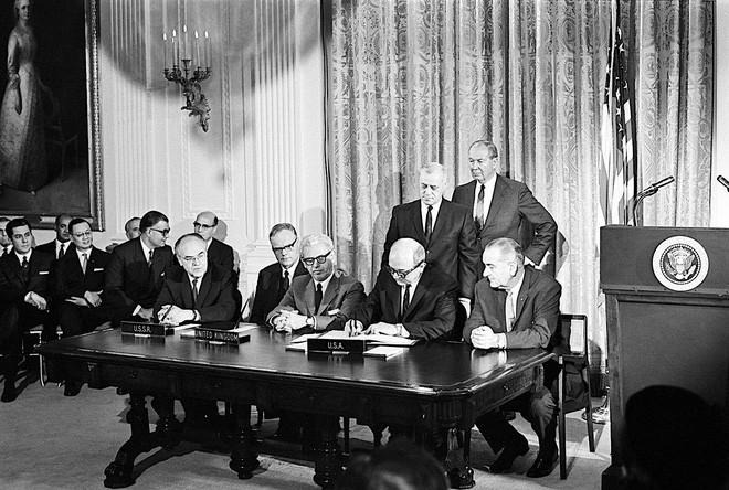 Các nước lớn như Mỹ, Liên Xô và Vương quốc Anh cùng ký vào Hiệp định Khám phá Không gian vũ trụ của Liên Hợp Quốc.