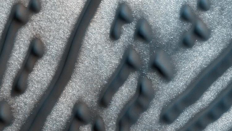 Những cồn cát trông giống như những nét chấm và dấu gạch được sử dụng trong mã Morse