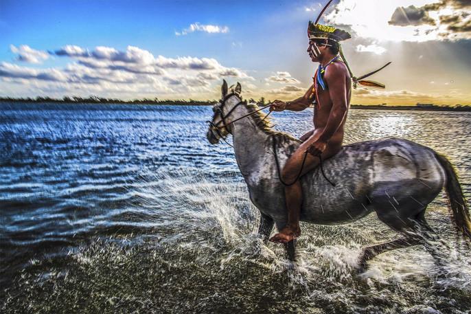 Một thổ dân Kamaiurá đang cưỡi ngựa.