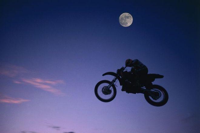 Theo nghiên cứu, chạy xe trong đêm trăng rằm dễ gặp nguy hiểm hơn.