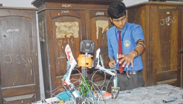 Nandalal chế tạo robot cho gà ăn để có thể học và chơi nhiều hơn.