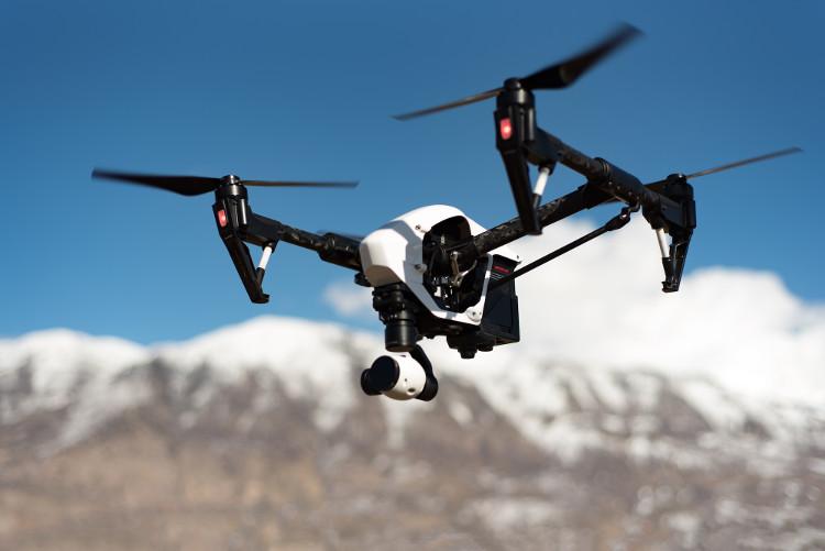 Drone cũng có thể thả các thiết bị cứu hộ xuống cho những người bơi trong tình huống nguy hiểm.