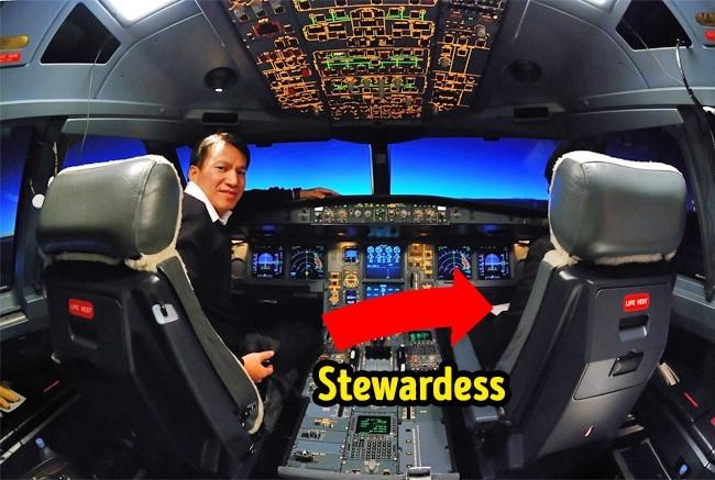 Phi công muốn đi vệ sinh, tiếp viên sẽ vào buồng lái đợi cho đến khi phi công quay lại.