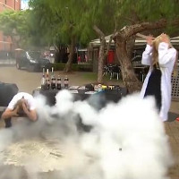 Thử pha nitơ lỏng vào coca trực tiếp trên truyền hình, nữ phóng viên suýt mất mạng