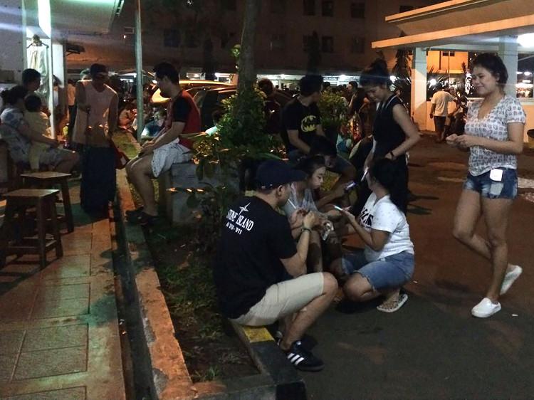 Người dân tụ tập ngoài chung cư ở Jakarta sáng sớm nay sau trận động đất mạnh 6,5 độ.