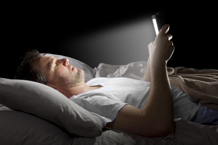 Bạn không nên sử dụng điện thoại di động, máy tính bảng hoặc máy tính xách tay trên giường trước khi ngủ.