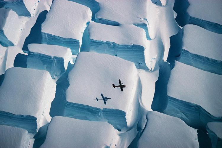 """Những chiếc máy bay trông thật nhỏ bé so với những """"viên đường bằng băng"""" ở Nam Cực."""
