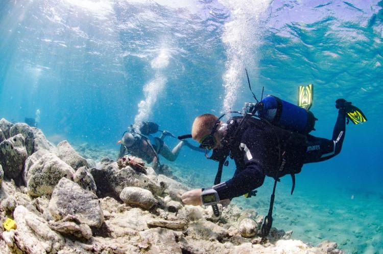 Nhóm nhà khảo cổ nghiên cứu các dấu tích dưới đáy biển.