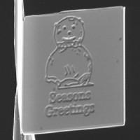 Tấm thiệp Giáng sinh nhỏ nhất thế giới chỉ bằng nửa sợi tóc