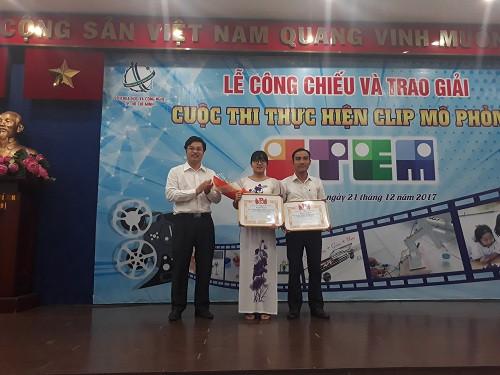 Anh Đoàn Kim Thành trao giải Nhì (không có giải nhất) cho nhóm tác giả cuộc thi.