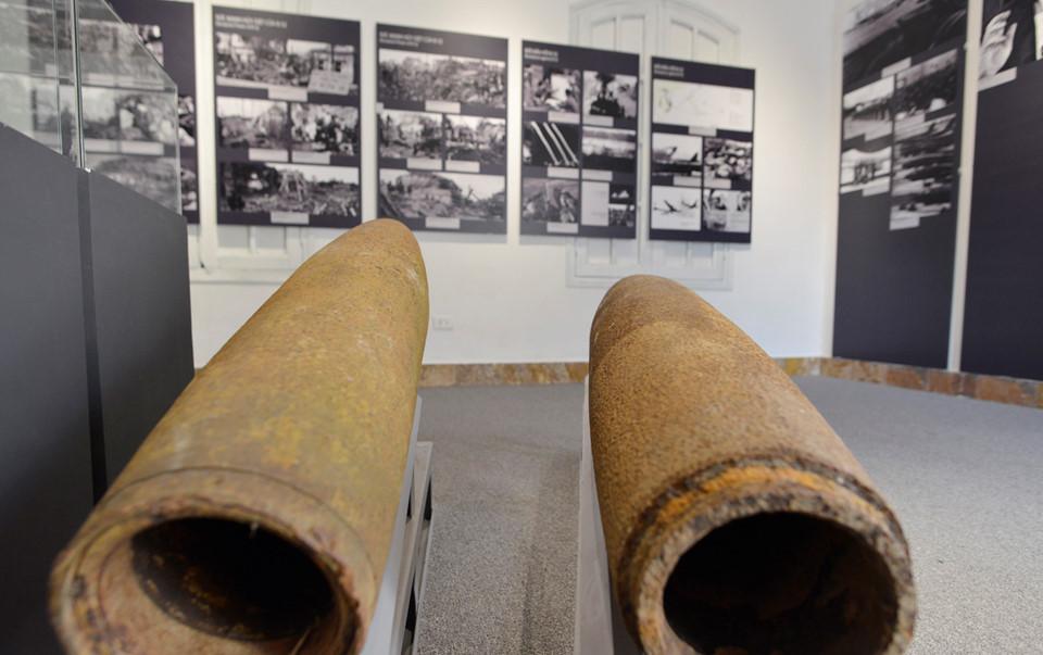 Trong ảnh là vỏ bom B52 tại khu nhà triển lãm cạnh hầm chỉ huy tác chiến T1.