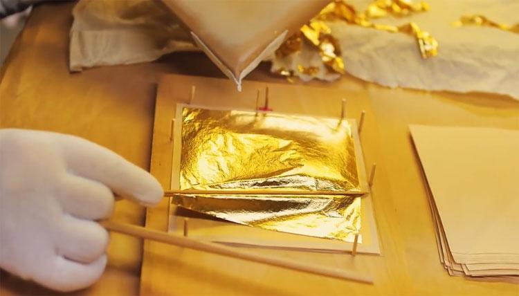 Vàng lá thường dùng để mạ tượng các đồ lưu niệm, đồ trang trí...