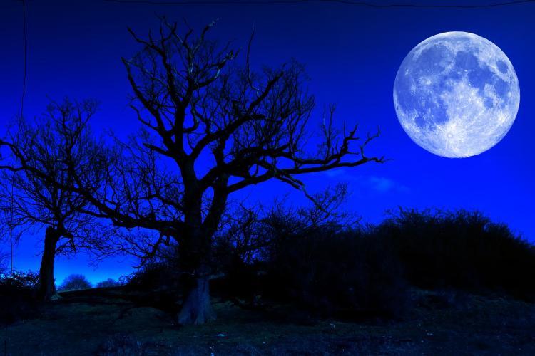 Trăng xanh là hiện tượng trăng tròn và sáng lần thứ hai trong một tháng.