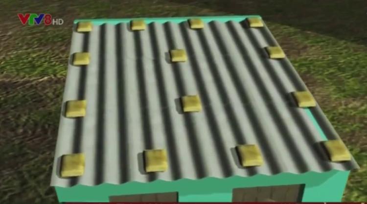 Dùng các bao cát đóng lỏng có trọng lượng từ 15 - 20kg chặn trên mái nhà.