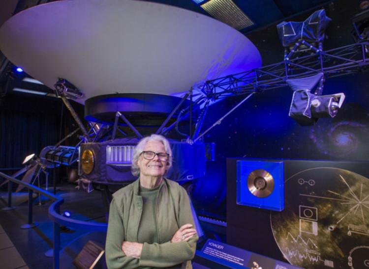Sue Finley, 80 tuổi, chụp ảnh bên mô hình tàu thăm dò vũ trụ Voyager 1.