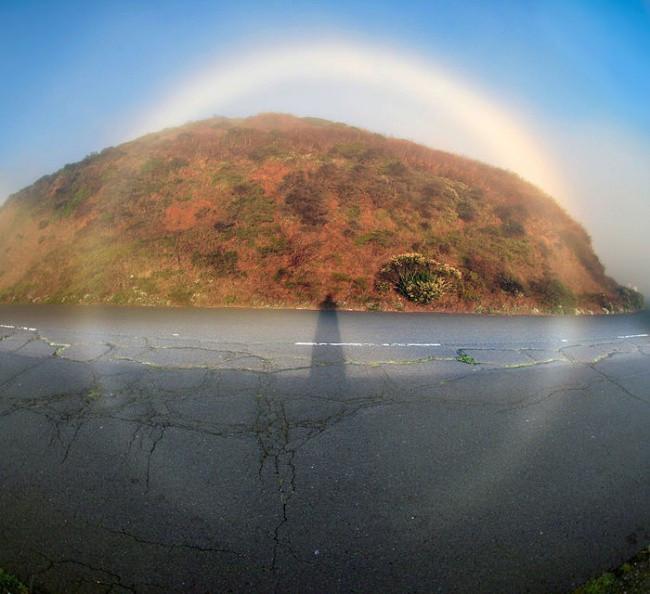 Cầu vồng trắng có thể được quan sát trong lớp sương mù mỏng khi Mặt trời chiếu sáng