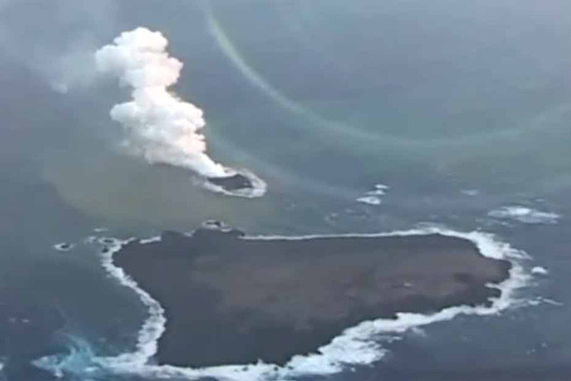 Một hòn đảo núi lửa trồi lên mặt biển ở phía nam thủ đô Tokyo của Nhật vào năm 2013