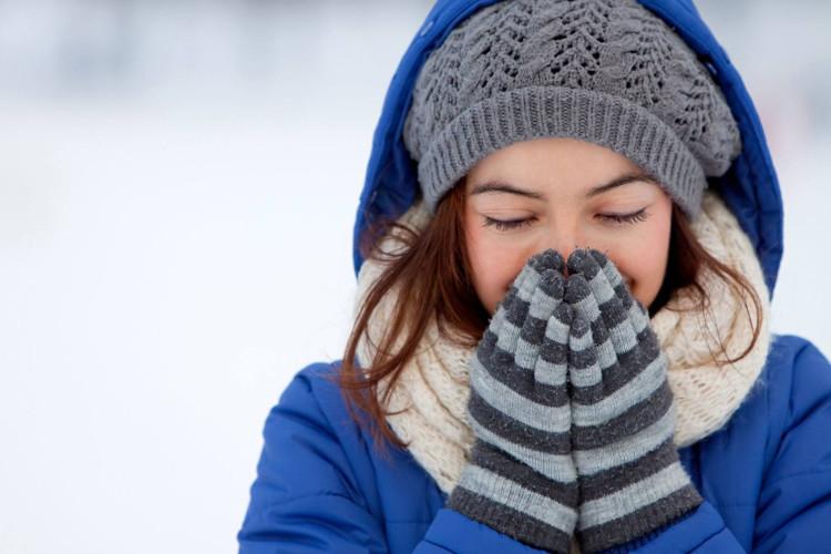 Một chiếc khăn tay hay dầu gió sẽ có tác dụng rất hiệu quả với hiện tượng chảy nước mũi.